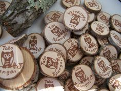 Personalized signature stamp on coin-size circles cut from a tree branch. Geocaching, Girl Scouts, Cub Scouts, Wood Badge, Swag Ideas, Girl Scout Juniors, Tiny Gifts, Travel Design, Back To Nature