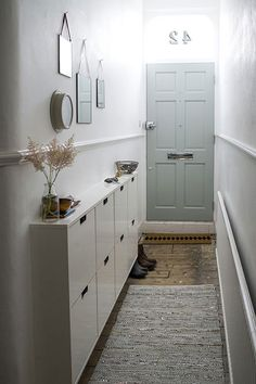 De hal is dé plek in huis waar je jouw schoenen uitdoet en opbergt. Om dat een beetje netjes en geordend te houden is het verstandig om een schoenenkast in de hal te plaatsen. De hal hieronder is een erg smalle hal. Zoals je kan zien is het net zo breed als de voordeur zelf. Veel ruimte is er dus