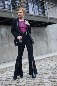 A blusa ombro a ombro com estampa de cobra em neon, pode ser combinada com um blazer neutro para compor um look cheio de estilo. #VemProvar