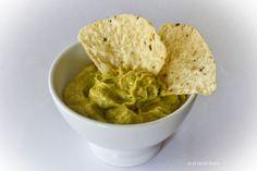 El guacamole es una receta mexicana cuyos orígenes se pierden en el tiempo. Perfecta como salsa para dipear, en plan picoteo o entrante, a base de aguacate.