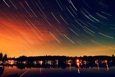 """Długi czas naświetlania pozwala nam na """"zabawę światłem"""" oraz przykładowo na zaobserwowanie ruchu gwiazd."""