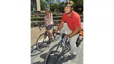 La vuelta al mundo en bici  www.viajerosdelosvientos.com  Giselle y Javier se reunieron con funcionarios municipales de Córdoba (La Voz / Sergio Cejas).