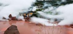 """Conocidas como """"jigoku de Beppu"""" infiernos del Japón o las aguas termales sangrientas debido a su color rojo, está formada por nueve espectaculares termas ricas en ácidos, sulfuros, sal y aluminio, el color rojizo se debe a la presencia de cantidades de hierro que entrando en contacto tiñen el agua."""