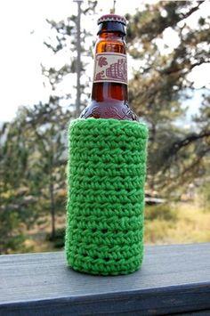 How to crochet a beer cozy. Great idea for the Robb boys/men for Christmas! Crochet Mug Cozy, Crochet Gifts, Diy Crochet, Crochet Ideas, Crochet Things, Crochet Summer, Crochet Kitchen, Photo Tutorial, Learn To Crochet