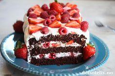 Annonse: Adlibris Hei dere! Etter en kort uke er det helg igjen. Jeg gleder meg til å bake masse godt denne helgen! Festkakesesongen har startet og snart er det jo også 17. mai, og det er mye besøk her på Det søte liv fra dere som ønsker tips om hva dere kan bake. Her skal dere få et herlig tips til 17. mai! Dette er en stilig og flott og ikke minst kjempegod sjokoladekake, som fylles med bløt marengskrem og masse friske røde bær. Jeg har brukt et stort og utrolig vakkert kakefat i blått, som gi Dessert Drinks, Dessert Recipes, Desserts, Fika, Sweet Life, Tiramisu, Baking Recipes, Good Food, Food And Drink