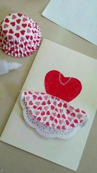 Interesting idea for some ocassion.or diy project.or art clas.gonna see, gonna saveTht was discovered by >>Oh my gosh, this is the cutest Valentine's Day card!Cupcake liners on invites Mothers Day Crafts, Valentine Day Crafts, Valentines, Kids Crafts, Preschool Crafts, Cute Cards, Diy Cards, Tarjetas Diy, Dress Card