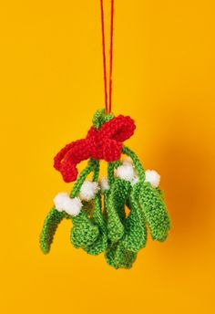 Knitted mistletoe // Let's Get Crafting, issue 96 // Image: cliqq.co.uk