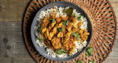 Chicken Tikka Masala by the Greek chef Akis Petretzikis. An easy recipe for an aromatic, marinated chicken with rice and a rich tomato sauce! Raw Food Recipes, Easy Dinner Recipes, Easy Meals, Easy Recipes, Indian Chicken, Chicken Tikka Masala, Tika Masala, Marinated Chicken, Chicken Rice