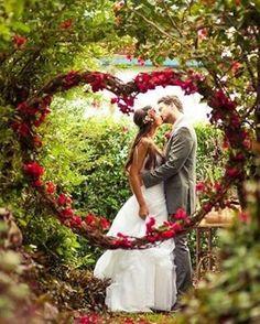 Bom dia noivinhas!! Alguém sonhando com uma foto assim?! Apaixonante❤️ #amomuitotudoisso #amor #blogvestidodenoiva #bolo #bouquet #casamento #casamento2017 #casando #decoracao #festa #flores #flowers #fotografia #happy #inspiracao #inspirational #love #muitoamorenvolvido #noiva #noivas2017 #noivasdobrasil #photo #vestido #vestidodenoiva #vestidodenoivablog #vintagestyle #wedding #weddingblog #weddingcake #weddingdress