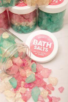 How To Make These Gorgeous, Sparkling Bath Salt Gifts! Learn how to make these gorgeous, sparkling bath salts as gifts!Learn how to make these gorgeous, sparkling bath salts as gifts! Bath Bomb Recipes, Soap Recipes, Diy Lush, Diy Cosmetic, Bath Salts Recipe, Diy Scrub, Homemade Beauty Products, Mason Jar Diy, Home Made Soap