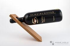 Das geradlinige Design lässt die Weinflasche optisch schweben. Der Weinständer aus massiven Edelhölzern (Ahorn, Buche & Eiche) ist fein geschliffen und eingelassen. Eignet sich nur für 0,7l Flaschen. Wine Rack, Storage, Design, Home Decor, Wood Columns, Wine Bottles, Home Decor Accessories, Oak Tree, Dekoration