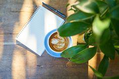 Voici 10 habitudes matinales qui changeront ta vie si tu les intègres. Même si tu n'en intègre qu'une ou deux, ces habitudes provoquerons des changements. Mais le plus de ces habitudes tu intègres dans ta routine matinale, le plus rapidement tu trouveras un changement en toi et de se fait, dans ta vie. Si tu veux …