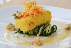 Merluza al azafrán con berberechos, fideos de verdura y salsa de fino