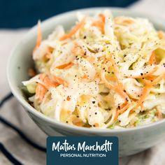 Ingredientes: 1/2 col blanca 2 zanahorias 1/2 manzana verde 2 cdas de queso untable descremado 2 cdas de mostaza Vinagre a gusto 75 g cebolla Preparación: Corta la col, zanahorias y manzana en rodajas y mézclalos. Para la salsa, mezcla el queso y la mostaza. Añade el vinagre y muévelo hasta hacerlo crema. Cubre la ensalada con la salsa. Déjala en la nevera un mínimo de dos horas antes de servir. Combina muy bien con las carnes.