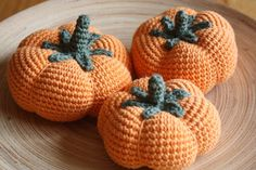 wish I could read the instructions, but I'm pretty sure I can figure it out Crochet Diy, Crochet Fall, Crochet Amigurumi, Amigurumi Patterns, Knitting Patterns, Crochet Patterns, Crochet Pour Halloween, Diy Halloween, Fruits En Crochet