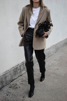 Blazer Outfits Casual, Beige Blazer Outfit, Leather Trousers Outfit, Look Blazer, Leather Blazer, Dress With Blazer, Women Blazer Outfit, Trouser Outfits, Leather Outfits