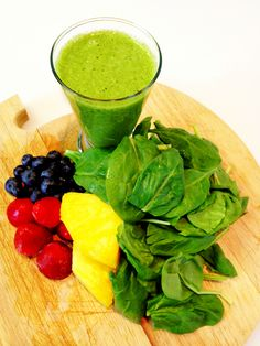Ingredients: 3 cups Spinach ¼ cup blueberries ½ cup strawberries 1/3-cup pineapple 1 cup brewed green tea     quiero :D