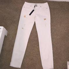 Elie Tahari skinny jeans Gorgeous Elie Tahari 5 pocket skinny jeans with gold distress. Partial zipper at bottoms. Elie Tahari Jeans Skinny
