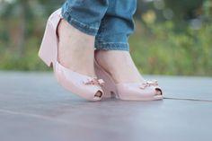 d196ebb64e look casual com calça jeans e camisa branca bolsa rosa e melissa anabela  cabelo com trança