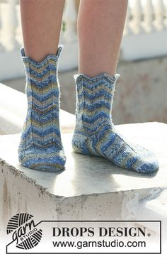 Free knitting patterns and crochet patterns by DROPS Design Knitting Socks, Free Knitting, Knitting Videos, Lace Knitting Patterns, Crochet Blanket Patterns, Drops Design, Crochet Baby Booties, Crochet Slippers, Crochet Ripple Afghan