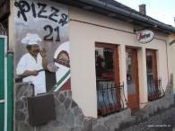 Megújult belsővel várja látogatóit a Pizza 21, Udvarhely legrégebbi pizzázója. Az éhes betérők számos pizza különlegesség és saláta közül válogathatnak.