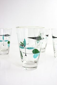These mid century modern atomic leaf glasses by Libbey are hands down the most fabulous glasses I've come across! With a sleek tapered shape perfect for low balls and cocktails, these glasses feature Vintage Kitchenware, Vintage Glassware, Vintage Ceramic, Mid Century Bar, Mid Century House, 50s Decor, Retro Home, Mid Century Modern Design, Mid-century Modern