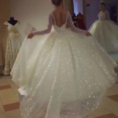 Woow✨ . . . . . . . #bridal#wedding#fashion#makeup#mua#tutorial#sparkles#bling#dress#weddinggown#bridaldress#style#diiamond#swarvoski#crystals#perfection#dressgoals#ladies#weddingday#flowers#instadaily#beautyblogger#trendy#hudabeauty#dream#weddings#gown#dressyourface#slayed#bossbabe