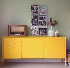 Retro kast oppimpen met de kleur geel.