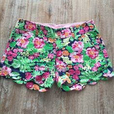 Lilly Pulitzer shorts Buttercups, pre-owned in good condition! Lilly Pulitzer Shorts