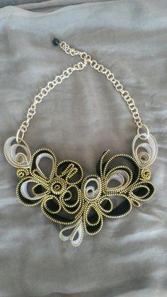 Collana cerniere bianche e nere Zipper Bracelet, Zipper Jewelry, Fabric Jewelry, Bib Necklaces, Love Necklace, Handmade Necklaces, Handmade Jewelry, Zipper Flowers, Zipper Crafts
