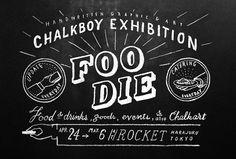 """東京を拠点に黒板描きとして活躍する""""CHALKBOY(チョークボーイ)""""の初個展。テーマを""""FOODIE""""として、CHALKBOYの作品展示をはじめCHALKBOYと親交のある食にまつわる豪華メンバーをゲストに迎え、日替わりで変化するフードやドリンクをチョークアートで描きます。会期中はオリジナルフレームが作れるフォトブースや、""""食べれるチョーク""""を使用したワークショップなど、ユニークなイベントもたくさんあります。"""