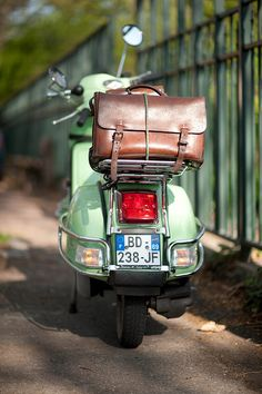 This right here makes me want a turquoise, vintage motorcycle! And love the bag