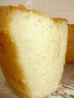 Bolo perfeito e sem erro. Delicioso. Portuguese Desserts, Portuguese Recipes, Food Cakes, Other Recipes, Sweet Recipes, Sour Cream Pound Cake, Sponge Cake Recipes, Coco, Sweet Tarts