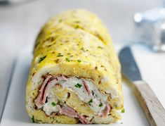 Omelette roulée au fromage frais et jambon Omelette Roulée, Frittata, Good Food, Yummy Food, Buzzfeed Food, Perfect Breakfast, Yummy Appetizers, Food Design, Diy Food