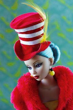 """Bella, Felicia, Betsy, Donna, Tyler, Julie und R… Mary Poppins, Marilyn Monroe, Bette Davis und Wonder Woman… Das sind nur einige Namen seiner """"Kinder"""". Robert Tonner ist ihr Vater und hat sie alle erschaffen! Robert Tonner ist einer der bekanntesten Namen, wenn es um Sammlerpuppen geht. Fans stehen Schlange für seine unglaublich phantasiereichen, atemberaubend gekleideten, 40 cm großen Fashion-Puppen!"""