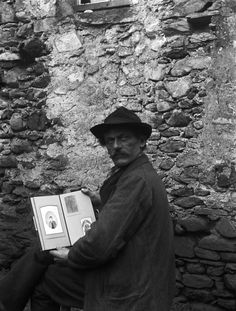 Between 1900 and 1930, a poor and destitute seed pedlar took more than five thousand photographs of daily life in an isolated valley of the Italian-speaking Swiss territory to the south of the Alps. Roberto Donetta can now be considered one of Swiss photography's great outsider artists...