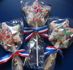 Firecracker pops - rice crispie treat pops and Pop Rocks! of July inspiration! Rice Crispy Treats, Krispie Treats, Rice Krispies, Holiday Treats, Holiday Fun, Holiday Recipes, Happy Birthday America, Cute Cookies, How To Make Cookies