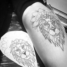 Bom dia a todos !!! Contato 27 999805879 #kadutattoo #tattoo #tatuagem #lion #tatuagemfeminina #inspirationtatto QUER GANHAR UMA TATTOO MINHA?! É BEM FÁCIL!!! Nesse domingo, dia 22, cole com o seu celular ou com uma câmera às 14h na Praça Costa Pereira, faça uma foto criativa do Centro e cruze os dedos! Se eu escolher a sua foto, você leva pra casa uma tattoo no valor de até R$ 300,00!!! Mais informações no feed @espiritosantowalk! Tattoo shared by kadutattoo on Instagram.