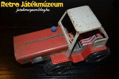 A traktor formára leginkább egy Kirovetsre vagy egy régi Zetorra emlékeztet. Ez utóbbit a piros-fehér színnel is idézi a lemezjáték. Hatalmas és szabadon forgó kerekeivel igazi homokozó játéknak számíthatott a maga idejében.