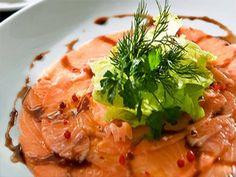Carpaccio de salmón marinado en oliva negra con pipirrana