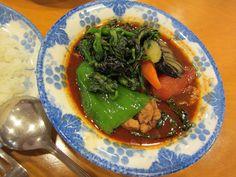 澄川『木多郎』チキン野菜カレーの辛さ3番。具材は鶏肉・ピーマン・菜の花・人参・茄子・イタリアントマトです。Google+