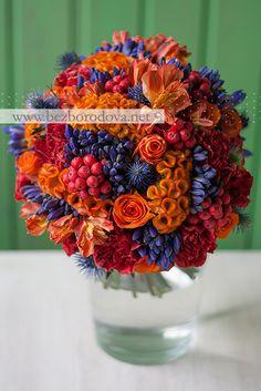Осенний свадебный букет из оранжевых роз и гвоздик с рябиной и синим агапантусом