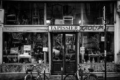 A #old #chair #maker #shop in #Paris / un #vieux #magasin de #tapissier à Paris / #artisanat #streetphotography #everyday #photohraphy #blackandwhite #noiretblanc #canon📷 #5dmk2 #StraigtOfLR #adobe #lightroom #keepshooting
