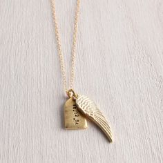 I want this personalized tag and delicate gilded wing necklace. So cute #wedinspire