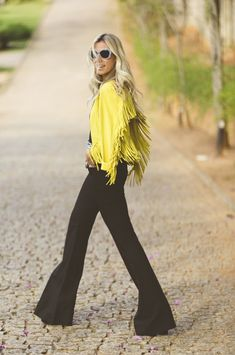 Nati Vozza do Blog de Moda Glam4You com look do dia com calça flare e casaco de franjas deusos!