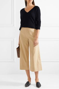 beige coulottes wide pants black v-neck black slide Vneck Outfit, Wide Pants Outfit, Coulottes Outfit, Simple Work Outfits, Black Culottes, Black Linen Pants, Look Fashion, Womens Fashion, Pullover