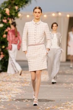 Chanel Spring 2021 Couture – Classy and fabulous way of living Haute Couture Looks, Style Couture, Haute Couture Fashion, Chanel Couture, Boutique Haute Couture, Primavera Chanel, Fashion Week, Fashion Show, Fashion Spring