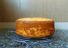 Pandispan cu lamaie reteta Italian Sponge Cake, Lemon Sponge Cake, Cake Recipes, Dessert Recipes, Romanian Food, Food Cakes, Confectionery, Cake Pans, Healthy Desserts