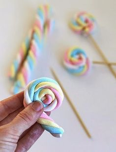 Easy Easter Marshmallow Pops – Say Yes – Eisparty Kindergeburtstag DIY Party Deko Marshmallows, Troll Party, Marshmallow Pops, Candy Table, Candy Buffet, Candy Party, Unicorn Birthday Parties, Cake Birthday, Rainbow Birthday