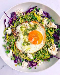 Why is pesto soooo delicious? Pesto zoodles with purple cabbage, micro greens, fried egg and almond milk ricotta. I could eat this everyday 🤤 Egg Recipes, Crockpot Recipes, Healthy Cooking, Healthy Recipes, Healthy Meals, Healthy Skin, Breakfast Bowls, Breakfast Menu, Pesto Recipe